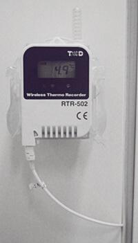 Rejestator temperatury zamontowany nalodówce