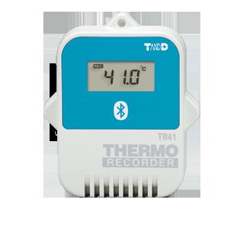 Rejestrator temperatury i wilgotności TR-7wb to nowy model rejestratora z możliwością bezpośredniego podłączenie do internetu/ LAN przez radiową sieć WiFi lub Bluetooth. W stosunku do standardowego rejestratora temperatury i wilgotności charakteryzuje się zwiększonym zakresem pomiarowym oraz dokładnością. Zakres pomiarowy temperatury: -30..+80°C. Zakres pomiarowy wilgotności: 0…99% rH. Możliwość zasilania przez USB lub za baterii. Pobieranie wyników pomiarowych, monitorowanie bieżących odczytów i wysyłanie emaili alarmowych można teraz zrealizować w łatwy sposób za pośrednictwem Internetu lub lokalnej sieci komputerowej LAN. Wykorzystanie połączenia internetowego umożliwia zdalną kontrolę temperatury i wilgotności. Każdy rejestrator posiada zewnętrzną sondę pomiarową temperatury i wilgotności. Umieszczenie sondy na zewnętrznym przewodzie eliminuje błędy pomiarowe spowodowane wydzielaniem się ciepła z układów elektronicznych oraz ułatwia wybór miejsca pomiaru. Ciągła praca rejestratorów nie wymaga działania komputera. Rejestratory dostarczane są w kompletnym zestawie składającym się z urządzenia pomiarowego, czujnika, kabli oraz oprogramowania. Zestaw jest gotowy do pracy po krótkiej konfiguracji. Komplet można uzupełnić o plastikowy uchwyt montażowy (opcja). Walidacja Urządzenie posiada opracowaną dokumentację i procedury do przeprowadzenia walidacji. Proces walidacji składa się z kwalifikacji instalacyjnej (IQ) oraz kwalifikacji operacyjnej (OQ). Wzorcowanie Dla zainteresowanych Klientów istnieje możliwość dostarczenie rejestratora ze świadectwem wzorcowania wystawionym przez akredytowane przez PCA laboratorium pomiarowe. Wzorcowanie rejestratora może być przeprowadzone w jednym lub większej liczbie punktów temperatury. Do działania rejestratorów serii TR-7/wb niezbędny jest dostęp do sieci WiFi lub Bluetooth.